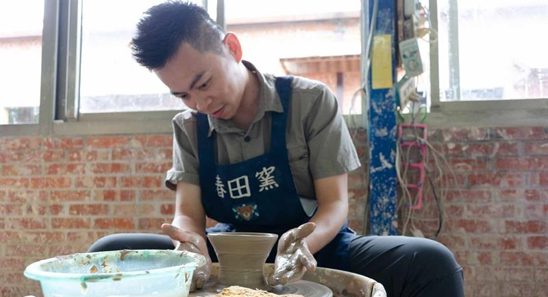 The 5-Minute Artists Doing Pottery